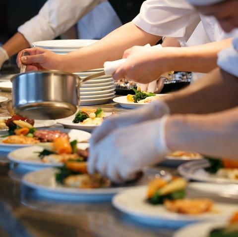 臨場感溢れる雰囲気を体験できるのもオープンキッチンならではの醍醐味