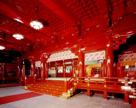 【社殿内】朱塗りの美しい御社殿は文化庁より登録有形文化財に指定されています。