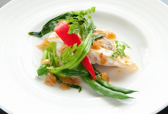 季節野菜を添えた白身魚のポワレ