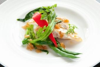 季節野菜を添えた白身魚のポワレ