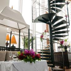 螺旋階段とメインテーブル
