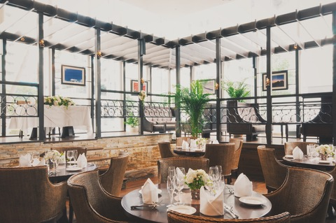 高さ5mの天井とガラス張りの客席で、開放感に溢れるハワイアンリゾートレストラン