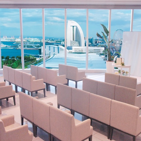 みなとみらいのホテルビスタプレミオ横浜/最上階!ガラス張の窓からは柔らかな光が差し込み、オーシャンビューが楽しめる上質なリゾートレストラン