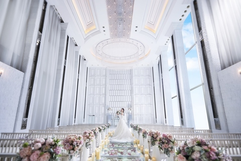 天井高7m、お花のバージンロード10m!大きな窓から自然光が差し込む圧巻のチャペル!