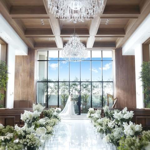 大きな窓から差し込む自然光が差し込む幻想的なチャペルは、ドレス姿をより一層美しく魅せてくれる。天井にきらめく優雅なシャンデリアのきらめきは「感謝」と「祝福」を表現している