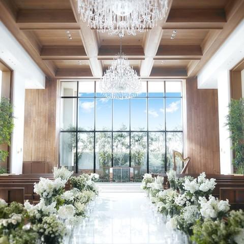大きな窓から差し込む自然光が差し込む幻想的なチャペルは、ドレス姿をより一層美しく魅せてくれる。天井にきらめく優雅なシャンデリアのきらめきは「感謝」と「祝福」を表現している。