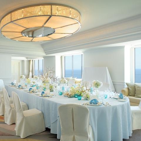 ホテル最上階の海を一望するスィートルームで、家族や親しい人たちに囲まれる温かなパーティが叶う