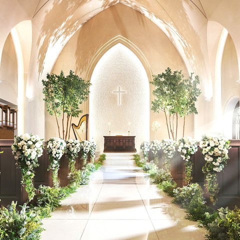チャペルの中はナチュラルで、木目やグリーンに包まれる。ゲストの緊張しすぎず、自然体で挙式を行っていただける。