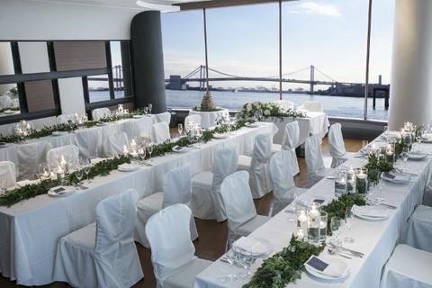 海が見えるレストランでゲストをおもてなし