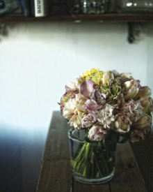 ミモザにチューリップ。早春の花々に囲まれるウエディング。