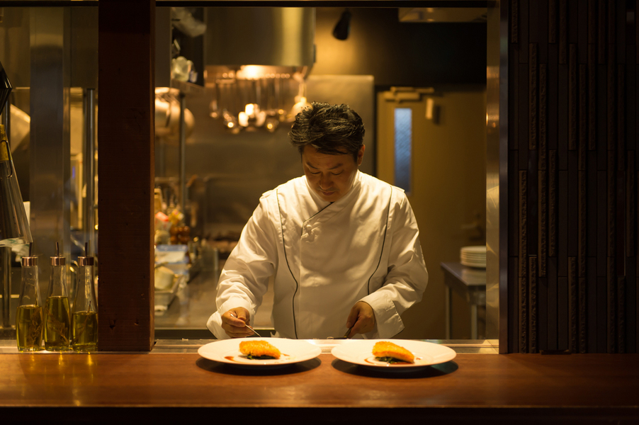 オープンキッチンは会場に隣接。調理過程も楽しめる。