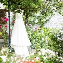 お花の咲き誇るガーデンでは一層ドレスが映える♪