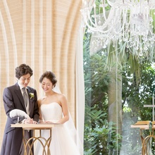 祭壇上で結婚証書に署名して夫婦の誓いを立てる