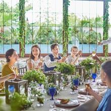 ひとつのテーブルをみんなで囲むアットホームパーティー