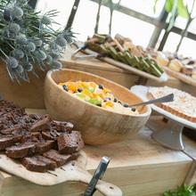シンプルな空間に映える鮮やかな料理をご用意します。