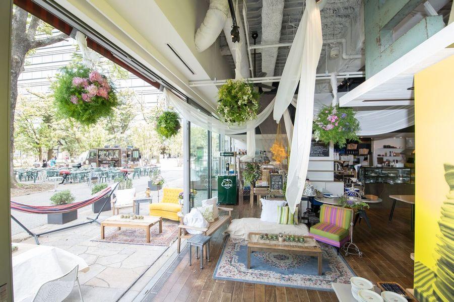 店内だけでなくテラスまで装飾を施し、開放感溢れる空間に♪