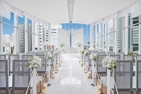 【スカイチャペル】ガラス張りの独立型教会「スカイチャペル」は、吹き抜けロビーの最上部5階。新都心を一望する光の空間で行なわれる神聖なセレモニーは、幸せな二人だけでなく列席者の皆様にも感動的です。挙式後にはガーデンでフラワーシャワー&ブーケトス、記念撮影の時間を設けているのでウェディングドレス姿で列席者とともに思い出を残していただけます。