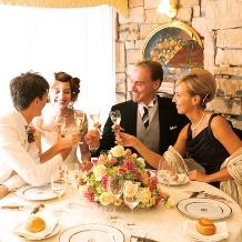ふたりの邸宅に親しい人を招くような贅沢で温かな結婚式がかなう
