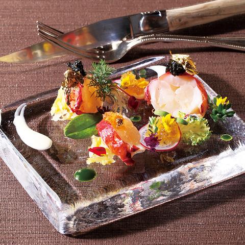 旬の食材を使用した目にも華やかなお箸でも楽しめる。