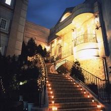 らせん階段は夜にはライトアップ☆ナイトウエディングも出来る!
