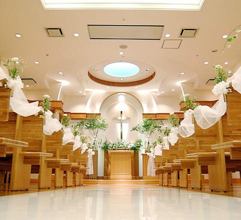 祭壇の天窓から注ぐやわらかな光が白い大理石のバージンロードを美しく際立たせる。