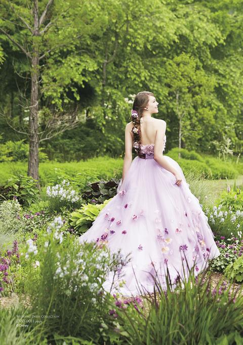 三つ編みヘアに飾られた花をイメージして、ドレス全体に小花をふんだんに散りばめた、エンパイアのドレス。(C)Disney