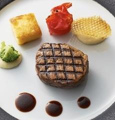牛フィレ肉のグリエ ソース・ヴァンルージュ