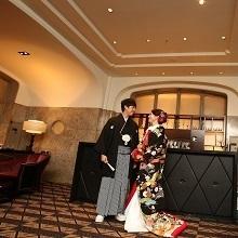 昭和9年に建てられた明治生命館は和装もぴったり