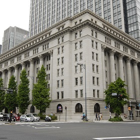 昭和9年に竣工されてから現在まで荘厳な佇まいを見せる「明治生命館」 その地下一階に広がる空間は大人のクラシックウェディングにぴったり