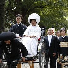街行く人からも祝福されるちょっと贅沢な花嫁行列。