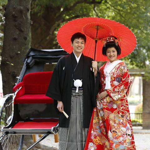国の文化財として指定される「小石川後楽園」や「六義園」の日本庭園で、和の癒しの雰囲気に包まれて写真撮影をお愉しみください。