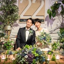 お花に囲まれたメインテーブルで記念の写真を