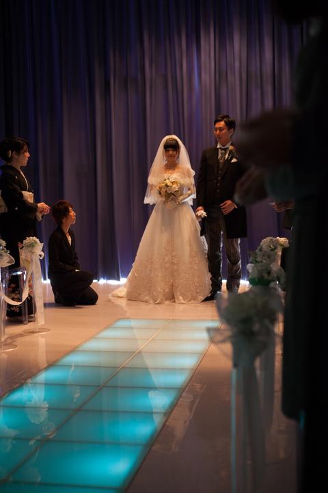 挙式中ホール内はカーテンがひかれ、厳かな雰囲気で始まります。