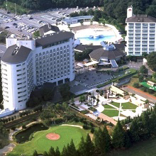 ヘリテイジリゾートは宿泊施設の他にゴルフ場やテニスコート、プールや天然温泉もございます