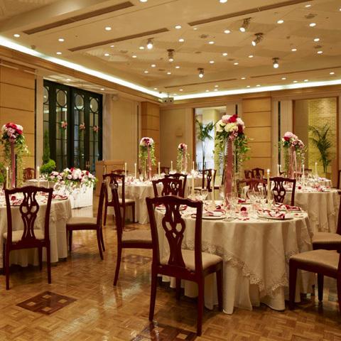 【アグネスホール】25名~100名まで。天井も高く、開放的な空間。コンサートホールとして設計されているので、常設のスタインウェイのグランドピアノの音色がきれいに響きます。シンプルで落ち着いた雰囲気は大人のウェディングにおススメです。