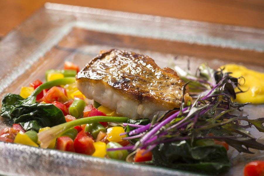 色とりどりの野菜と、とびっきり新鮮な魚を使った料理は絶品!