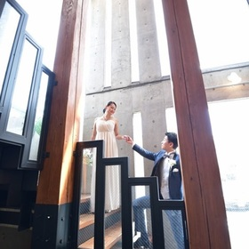 コンクリートの壁の前、階段、バンケットと素敵な写真が残せます