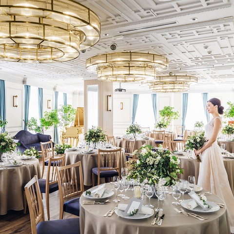 アットホームなパーティが叶う〈エスカリエ〉は2019年春リニューアル!円形のシャンデリアなどをしつらえ、より洗練された明るいパーティ会場に