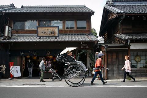山屋を出れば、そこは全国的にも有名な蔵の街の商店街