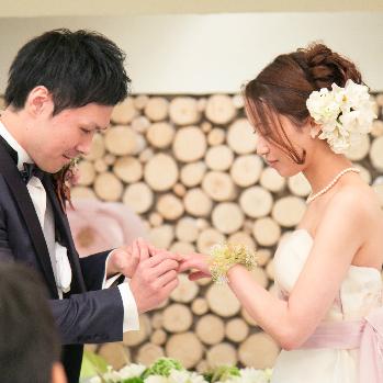 永遠を表す指輪でふたりの永遠の愛をここに
