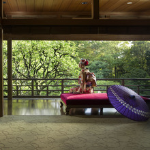 会場の窓からは紅葉が色づき風情ある庭が眺められる蘇州園