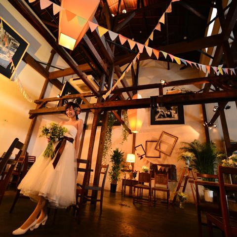 木目調の一軒家カフェ天井も高くて開放感抜群