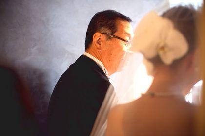 お手紙を聞く花嫁