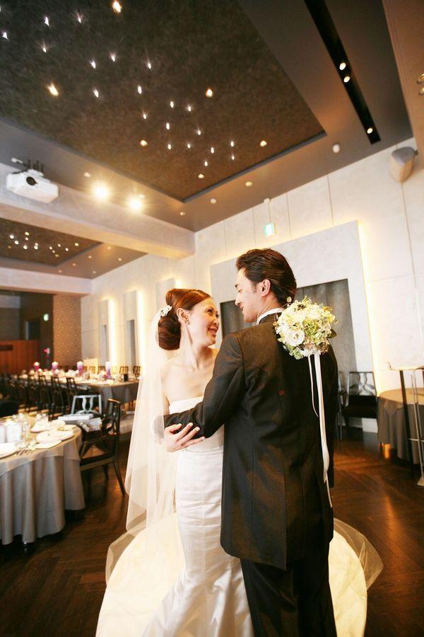 落ち着いた内装に、新郎新婦が立つとより特別感のある空間に・・
