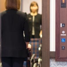 会場へはエレベーターでご案内