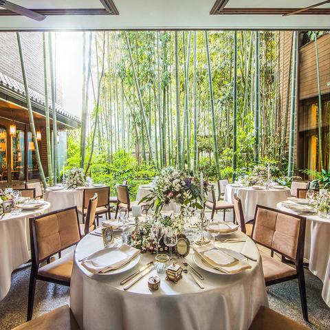緑が美しい竹林の庭を眺めながらゲストと幸せなひとときを