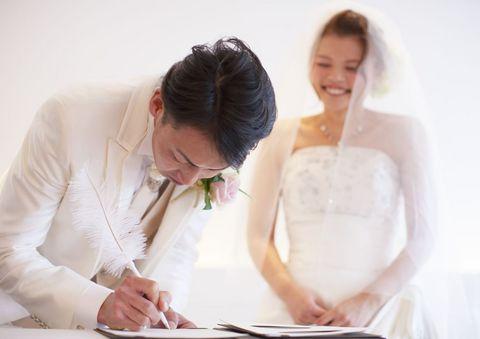 結婚誓約書のご署名は緊張の一瞬です