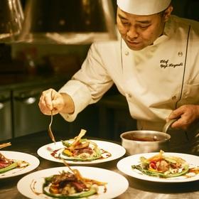 緊張感ある厨房から最高の状態でお料理がサーブされる