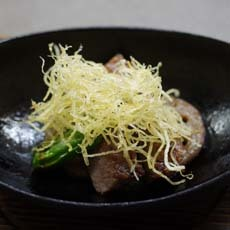 近江牛のステーキ馬鈴薯のパリパリ揚げ バルサミコソース添え
