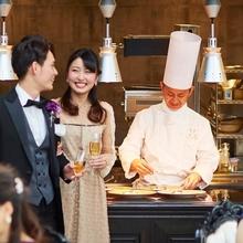 オープンキッチンでライブ感のある料理が人気